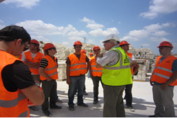תמונה מסיור סטודנטים באתר בניה